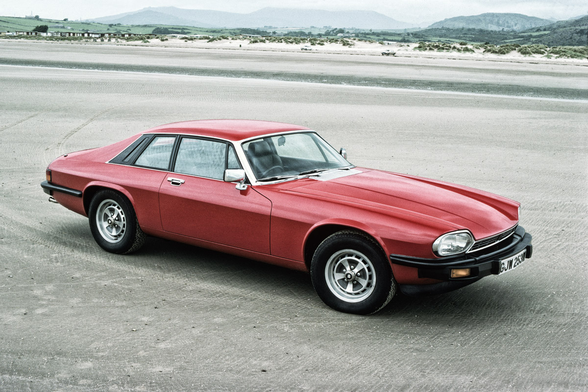 Drei Jaguar XJ-S stehend