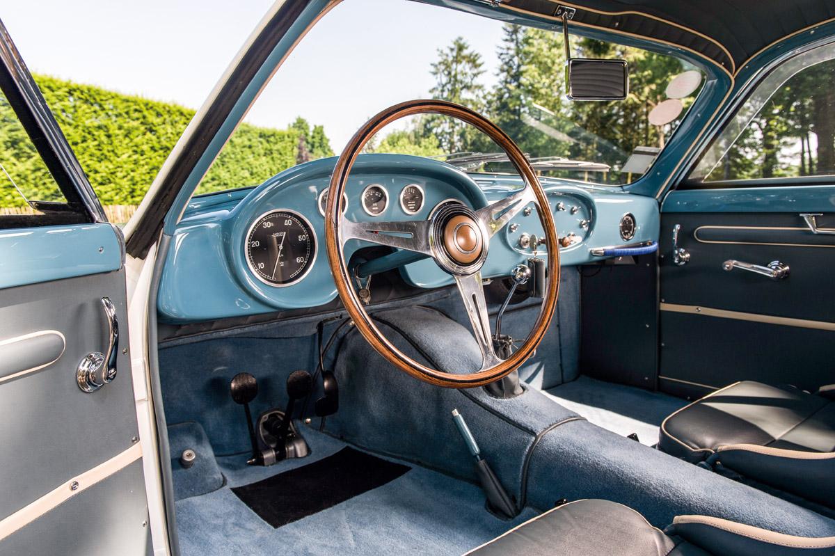 Fiat 8V fahrend aus verschiedenen Perspektiven