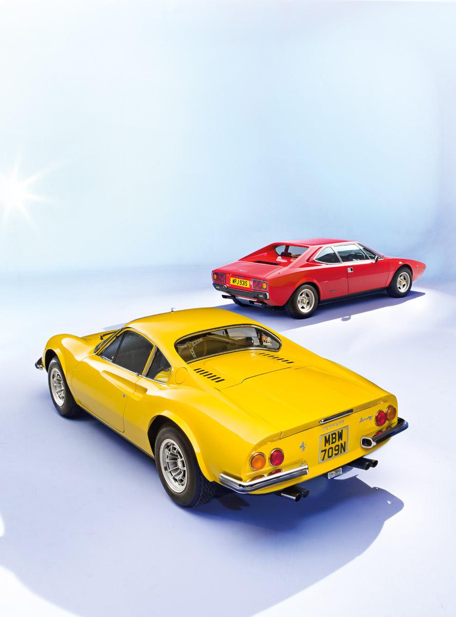 Ein Ferrari Dino und ein Monza, rückseitig aufgenommen